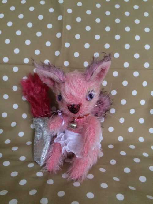 ピンクのネコ(バッグに入れたスペアシッポ)